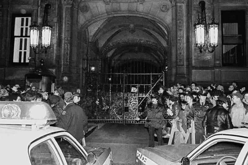 約翰藍儂遭槍擊的消息傳出後,大批人群聚集在達科塔公寓的門口(AP)