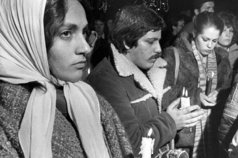 1980年12月10日,美國波士頓的人們舉行燭光悼念藍儂的活動(AP)