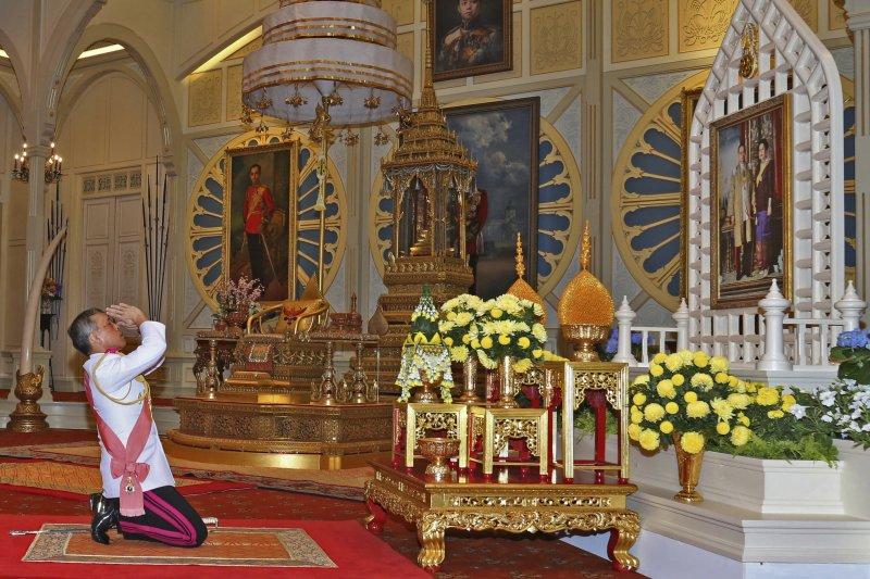 泰國新王瓦吉拉隆功悼念父王蒲美蓬(美聯社)
