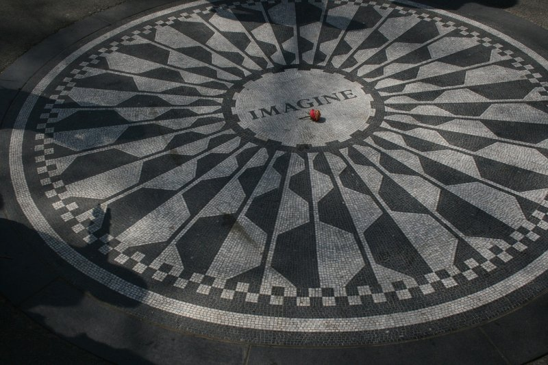 小野洋子出資在中央公園修建這個區域紀念亡夫,以藍儂的歌曲〈永遠的草莓園〉為靈感,將這裡取名為「草莓園」。中間有個黑白相間的圓形馬賽克圖形,中間的「Imagine」字樣也是藍儂一首歌的歌名(取自Pixabay)