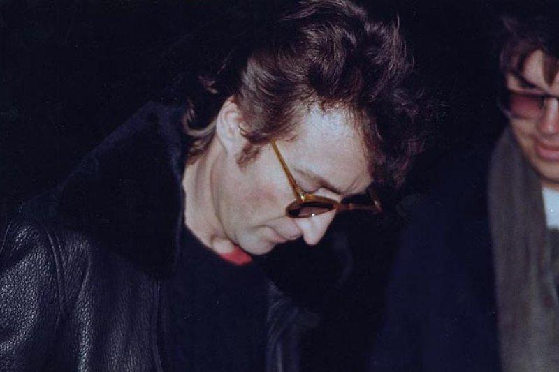 1980年12月8日,藍儂遇害前幾個小時,為查普曼(右)簽名(Wikipedia/Fair Use)