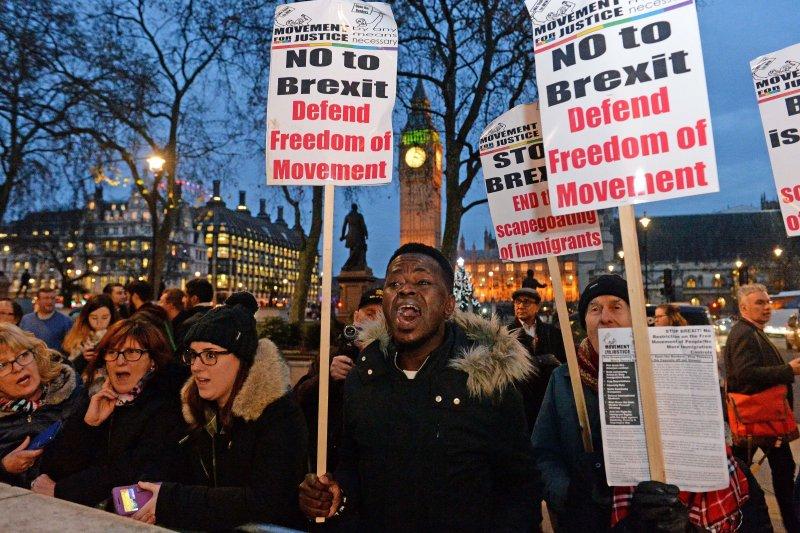 反對脫歐的民眾7日在英國最高法院外舉牌抗議。(美聯社)