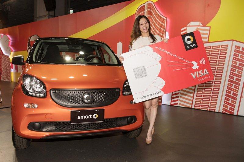 名模花花以新科smart車主身分,興奮推讚都會微型車smart的魅力,現場也大方公開聰明消費哲學。(圖/台灣賓士提供)