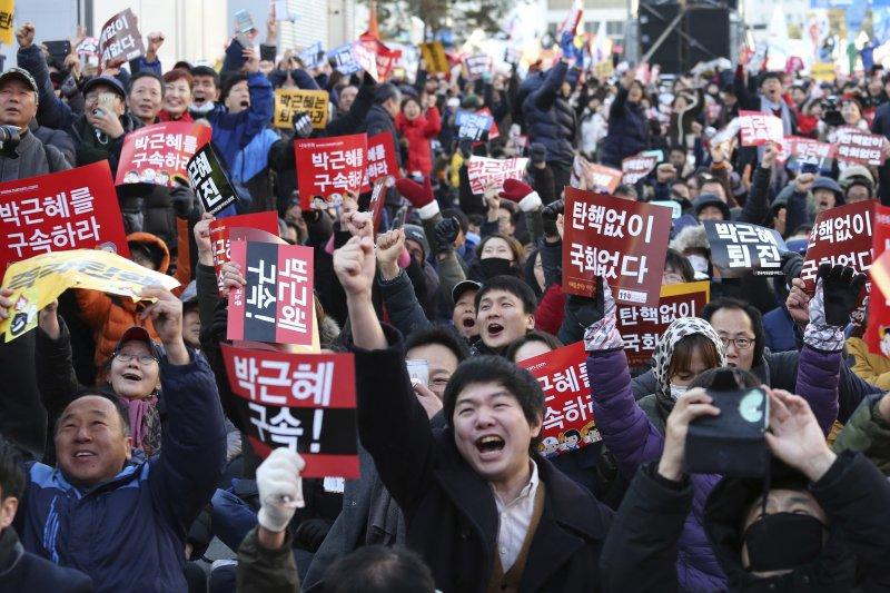 南韓國會9日表決通過朴槿惠總統彈劾案,民眾歡喜欲狂(AP)