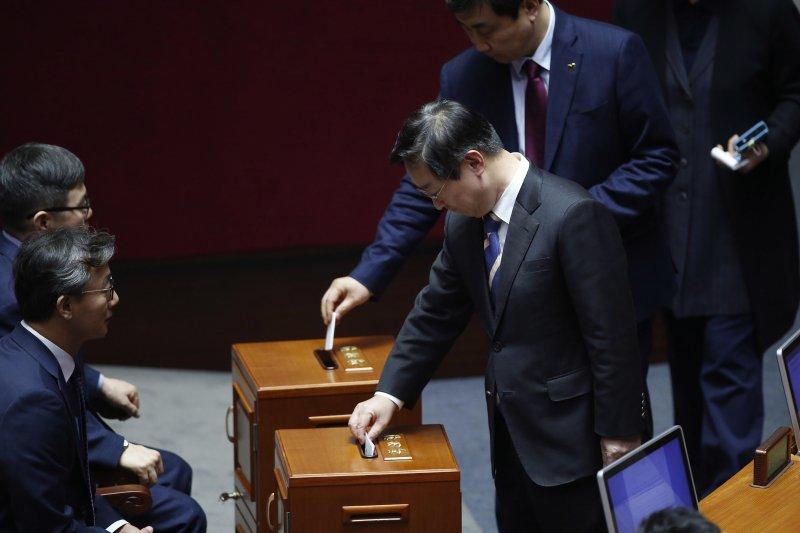 南韓國會9日表決通過朴槿惠總統彈劾案(AP)