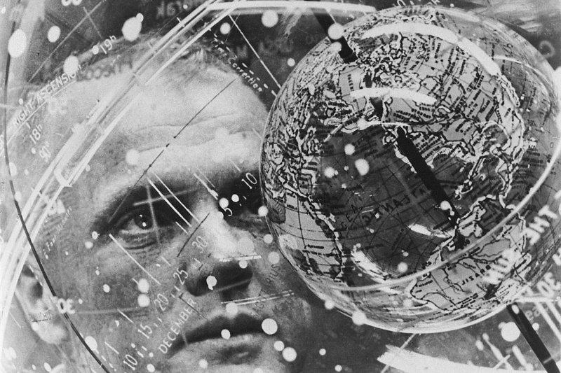 1962年2月,葛倫凝視訓練用的地球儀(AP)