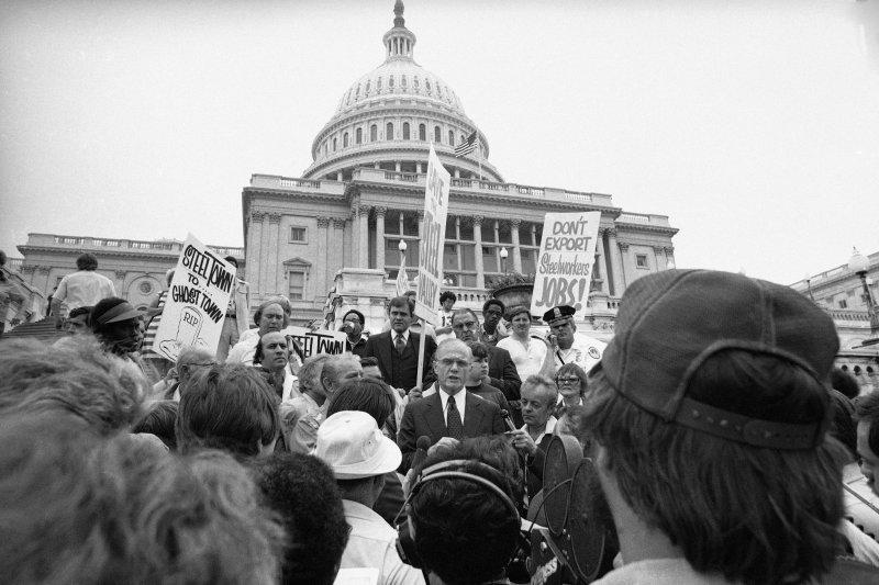 1977年9月,時任參議員的葛倫在華府對著群眾發表演說(AP)