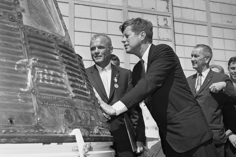 1962年2月23日,葛倫(左)與時任總統甘迺迪(前右)一起檢視太空船「友誼7號」(AP)
