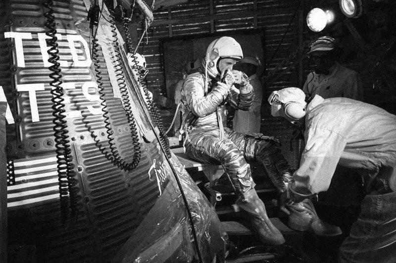 1962年2月20日,葛倫(左)準備進入太空船「友誼7號」(AP)