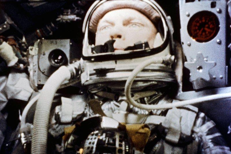 1962年2月20日,太空船「友誼7號」裡的葛倫(AP)