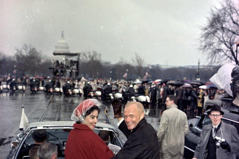 1962年2月26日,葛倫與妻子到華府參與慶祝遊行(AP)