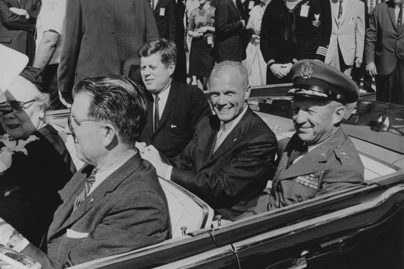 葛倫(中)成功搭乘太空船繞行地球軌道飛行後,與時任總統甘迺迪(左)在佛羅里達州參與慶祝遊行(取自NASA官網)