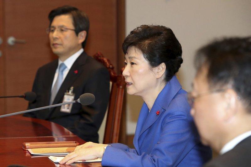 南韓總統朴槿惠9日遭國會彈劾之後,召開最後一次國務會議,左為代行總統職權的國務總理黃教安。(AP)