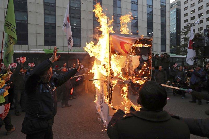 南韓總統朴槿惠深陷「親信門」醜聞風暴,民眾不斷上街抗議(AP)