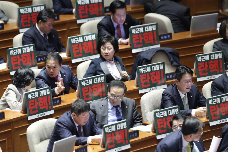 南韓國會9日表決總統朴槿惠「親信門」彈劾案(AP)
