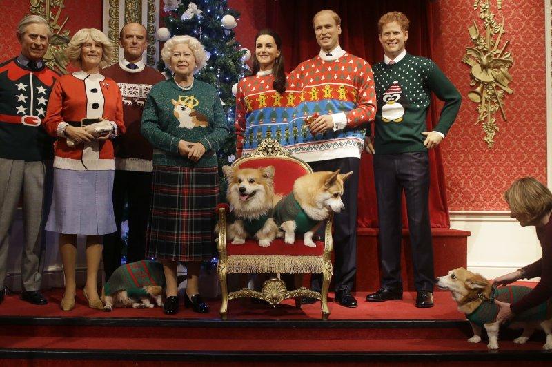 聖誕節即將到來,英國倫敦杜莎夫人蠟像館近來與英國王室合作,為蠟像換上聖誕裝,期盼更多民眾響應慈善活動。(AP)