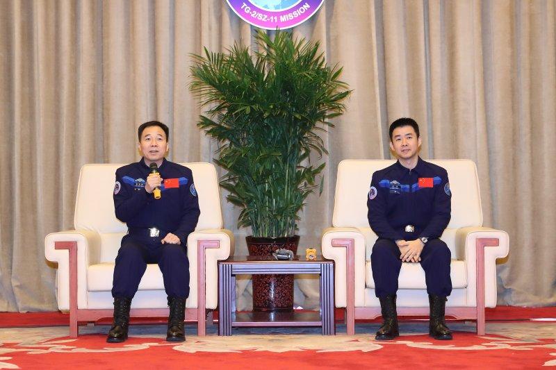 神舟十一號太空人景海鵬、陳冬在北京航太城太空人公寓接受媒體記者採訪。(新華社)