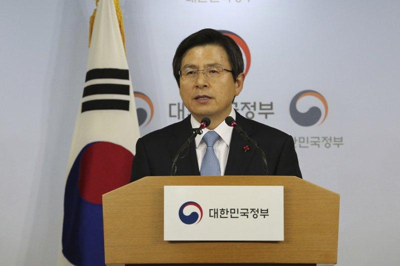 在南韓總統朴槿惠確定遭彈劾後,國務總理黃教安也立刻召開記者會。(美聯社)