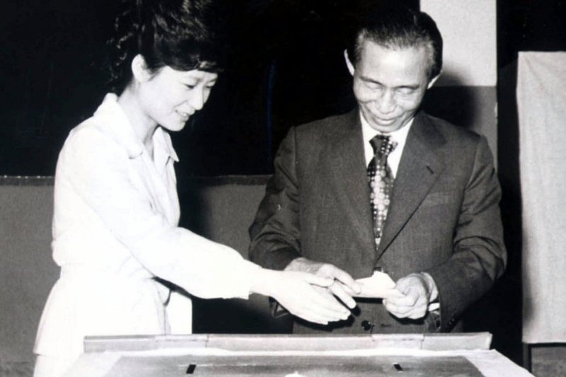 朴槿惠與時任南韓總統的父親朴正熙,在1977年一起參與投票。(美聯社資料照)