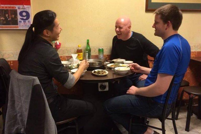 時代力量立委林昶佐在臉書貼出與葉望輝吃羊肉爐的照片(林昶佐臉書)