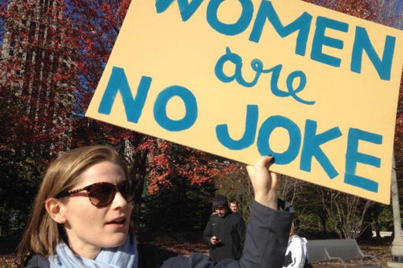 抗議人士高舉「女人不是笑話」標語,希望川普正視女權。(美聯社)