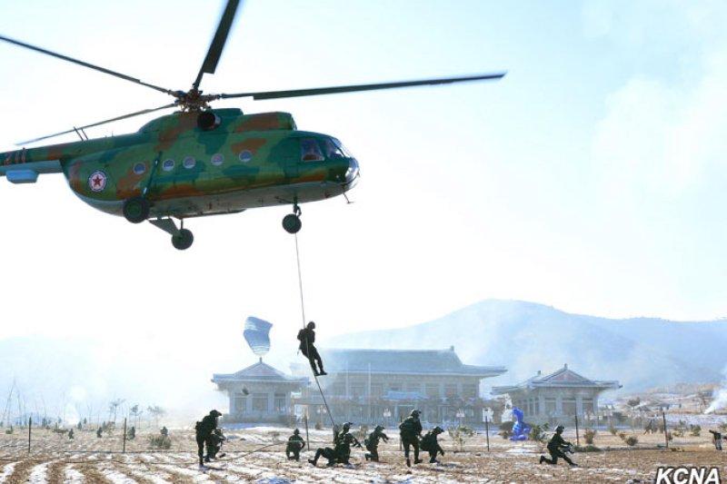 北韓最高領導人金正恩視察一場以南韓總統府青瓦台為攻擊目標的演習(朝中社)