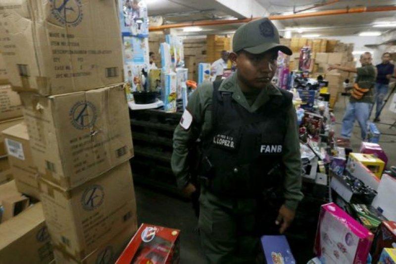 委內瑞拉政府派軍隊清查玩具公司倉庫,並沒收囤積商品,準備以低價售出讓貧窮孩子也能有聖誕禮物(BBC中文網)