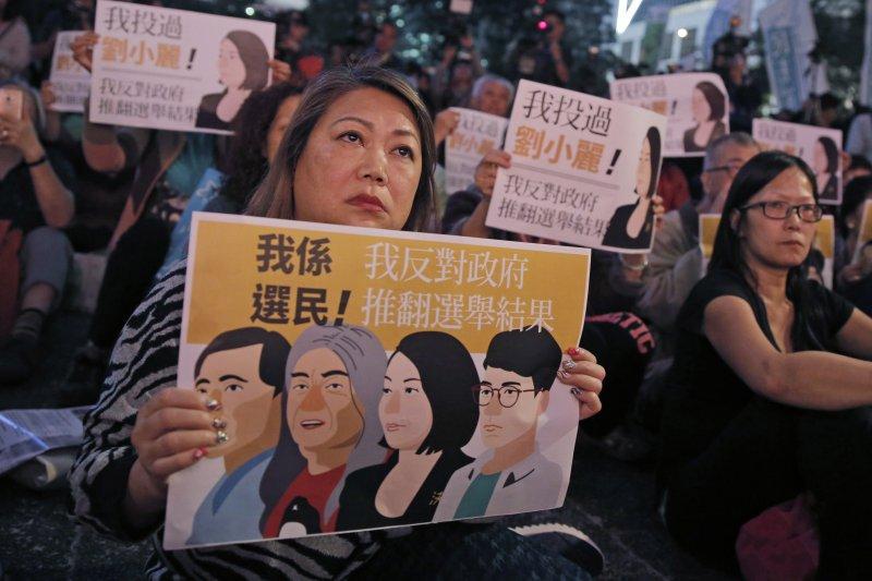 香港民眾抗議政府干涉議員當選資格(美聯社)