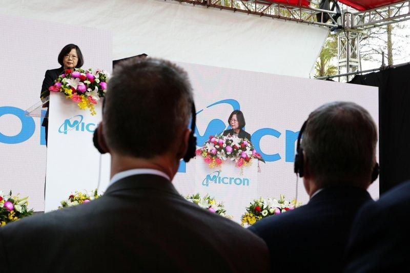 美國記憶體大廠美光(Micron Technology, Inc.)控告聯電違反《營業秘密法》,於台灣司法審查過程陷入膠著,迄今仍未進入實質審查。科技業者質疑,司法檢調乃至於民進黨政府,在本案中「選邊站」。(資料照,總統府提供)