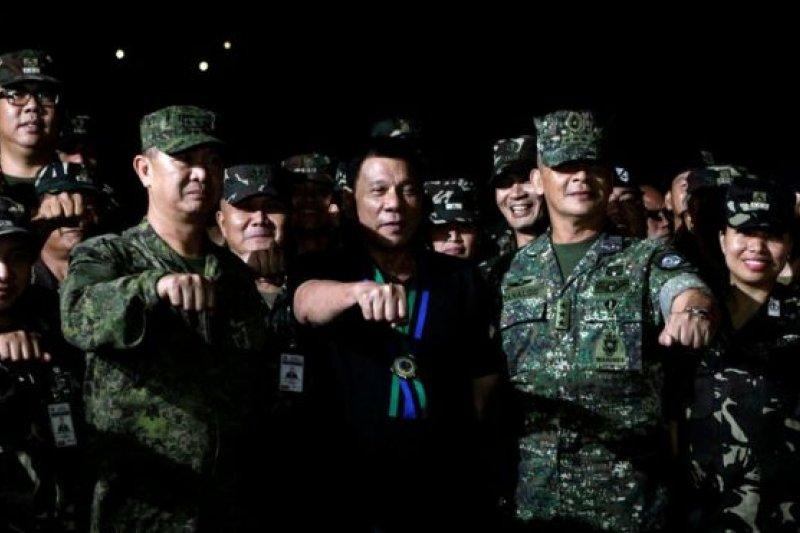 菲律賓總統杜特蒂周日(11日)訪問了塞維拉諾的軍營。(圖取自BBC中文網)