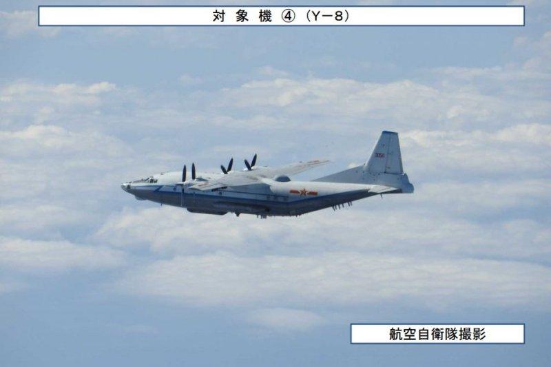 日本防衛省拍攝到中共軍機進入宮古海域的影像,運8電偵機。(取自日本防衛省統合幕僚監部網站)