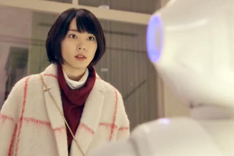 日劇《月薪嬌妻》第9集出現機器人Pepper,女主角問它:「你會煮飯,做蛋糕嗎?」(翻攝自youtube)