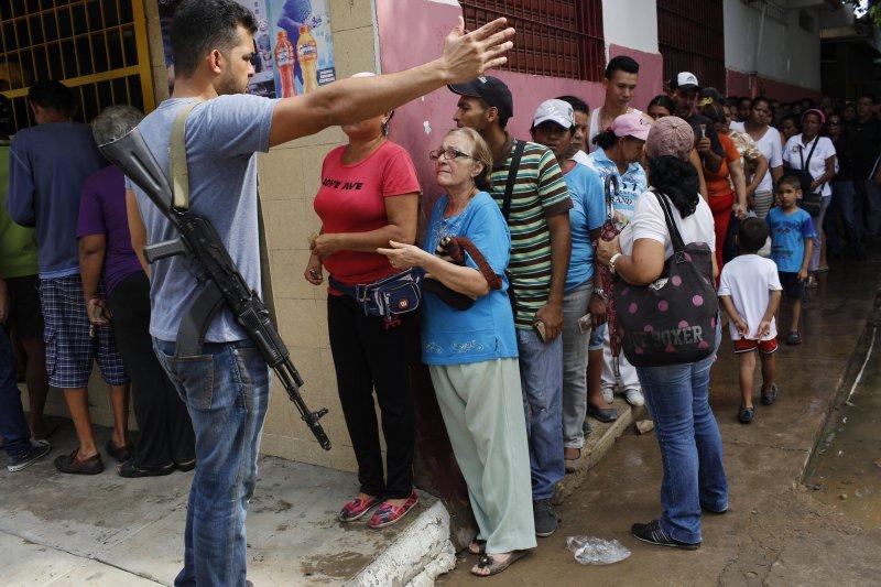 委內瑞拉民眾每天大排長龍,只為購買民生物資(AP)
