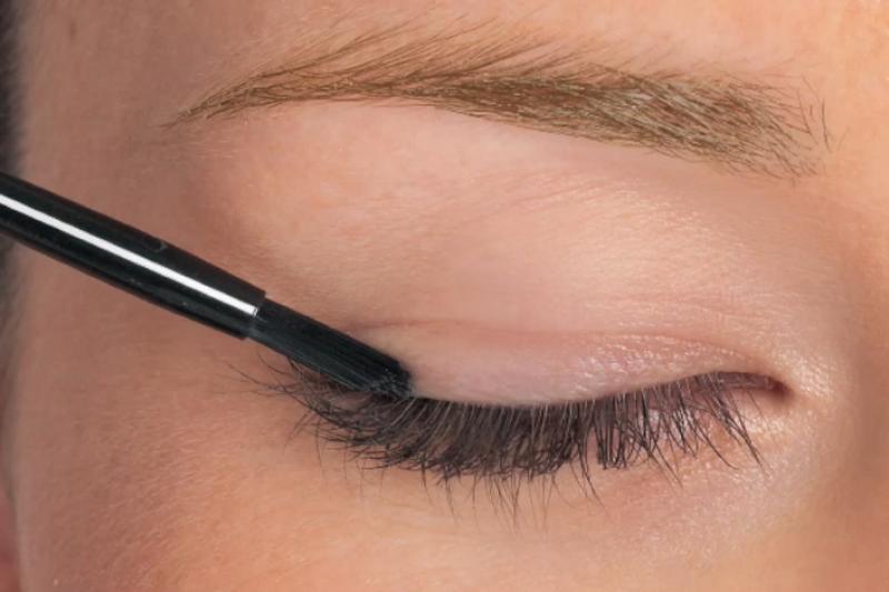 睫毛生長液的塗法,你用對了嗎?(翻攝自YouTube)