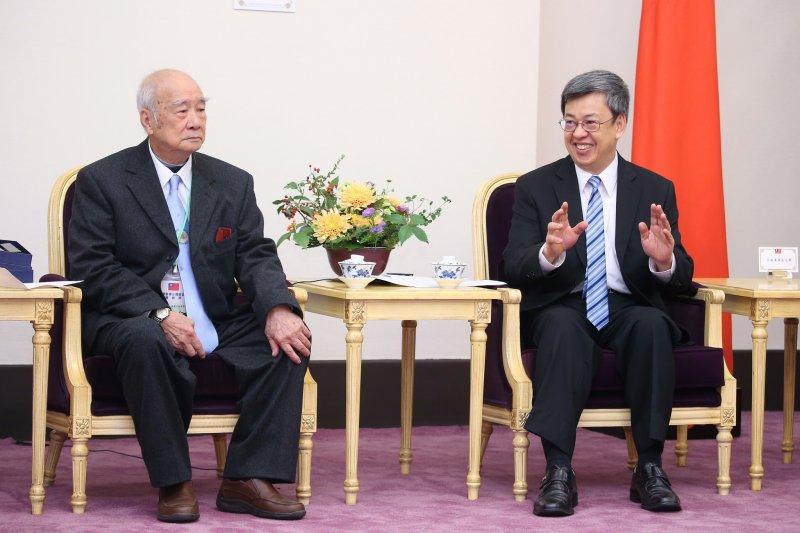 副總統陳建仁(右)接見「美國至德三德總公所回國訪問團」時,與團員代表交流互動 。(取自總統府網站)