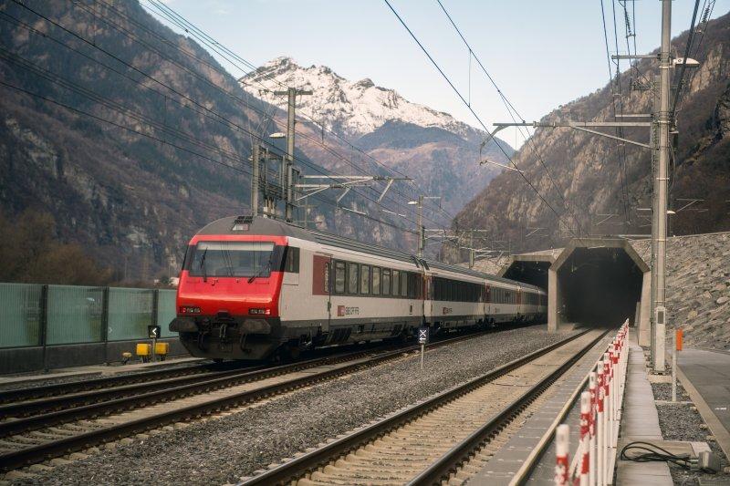 全球最長、最深的瑞士聖哥達 基線隧道,於當地時間11日起有定期鐵路列車通行。(美聯社)
