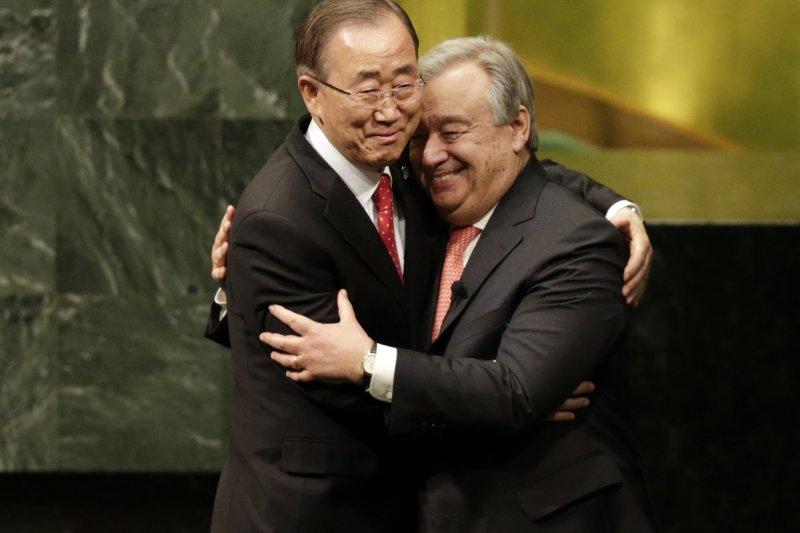 聯合國新秘書長古特雷斯(右)與即將卸任的秘書長潘基文(左)擁抱(美聯社)