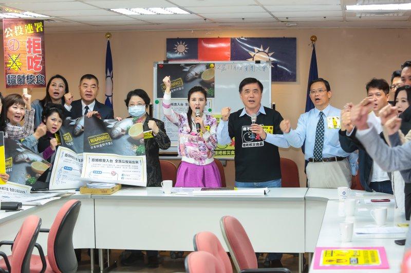 20161214-國民黨副主席郝龍斌14日至台北市議會請託議員支持食安公投連署,國民黨、新黨、無黨籍議員皆到場表示支持。(顏麟宇攝)
