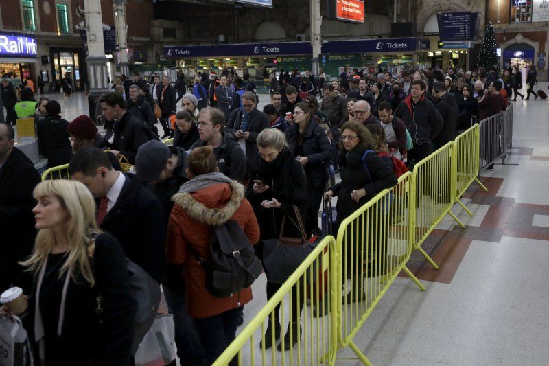 由於南方鐵路公司的列車駕駛罷工,通往蓋威克機場的列車月台13日排起人龍。(美聯社)