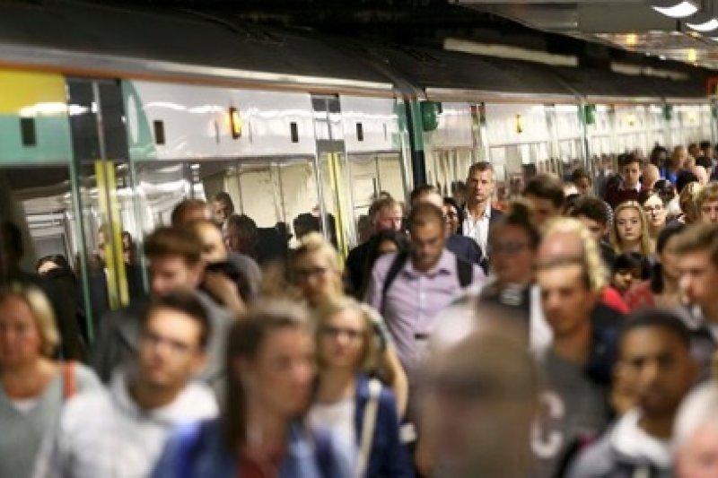 英國南方鐵路公司的列車司機本周舉行大規模罷工,預計有30萬名乘客受到影響。(SupAdventureUK@Twitter)