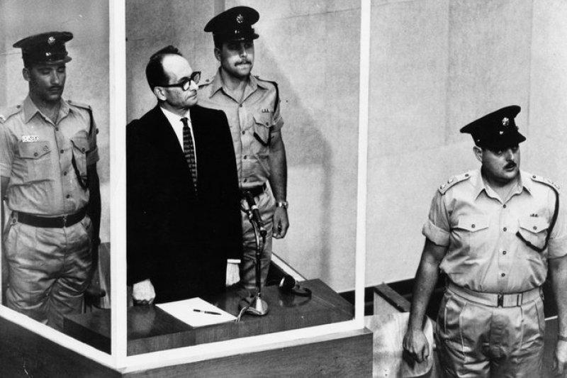 艾希曼於防彈玻璃後面受審。(美聯社)