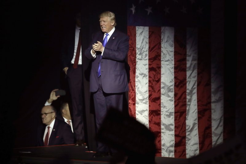 川普在眾人驚訝聲中贏得勝選,但投資大眾更關心的是,應該如何佈局未來?(圖/美聯社)