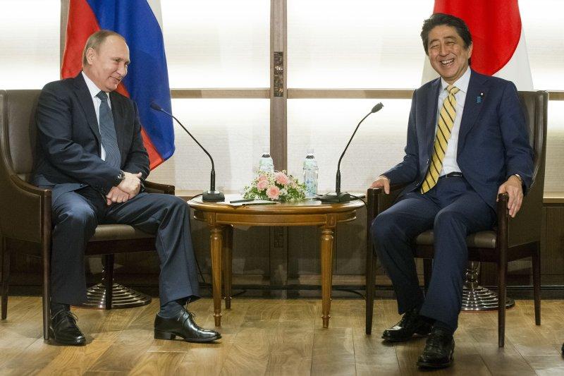 日本首相安倍晉三(右)與俄羅斯總統普京(左)就北方領土問題舉行峰會(AP)