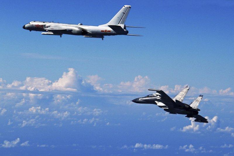 中國人民解放軍兩架軍機2016年在東海上空進行演習(AP)