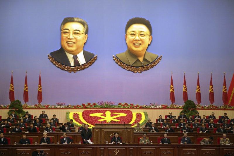 北韓金日成(左)與金正日父子的肖像無所不在(AP)