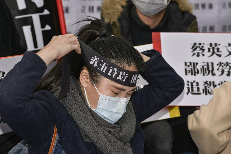 國民黨黨工在黨產會前靜坐,一名黨工綁上「沒有正義」的布條。(甘岱民攝)