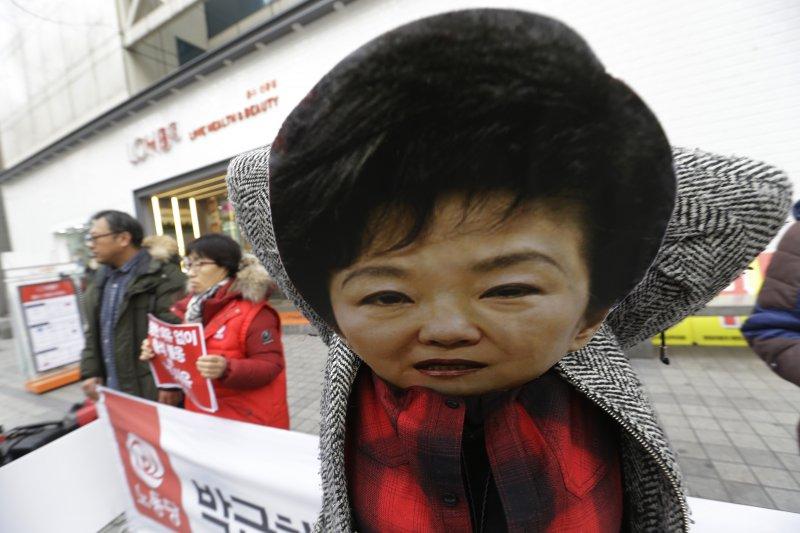 南韓總統朴槿惠深陷醜聞風暴,民間抗議不斷。(AP)