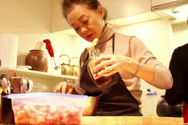 有元葉子經常受邀於日本女性雜誌及媒體傳授料理祕訣。(翻攝自youtube)