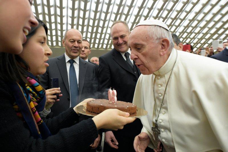 天主教教宗方濟各接受信徒致贈的生日蛋糕。(美聯社)