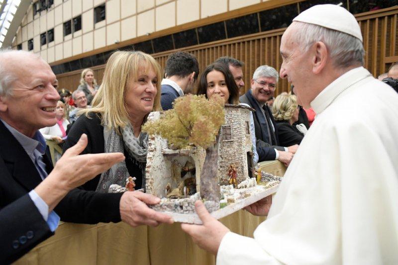 天主教教宗方濟各接受信徒致贈的生日禮物—一個耶穌降生於馬廄的模型。(美聯社)